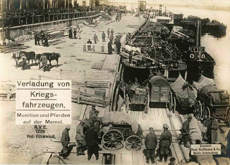 Loading carriages, ammunition and horses in the Port of Memel.